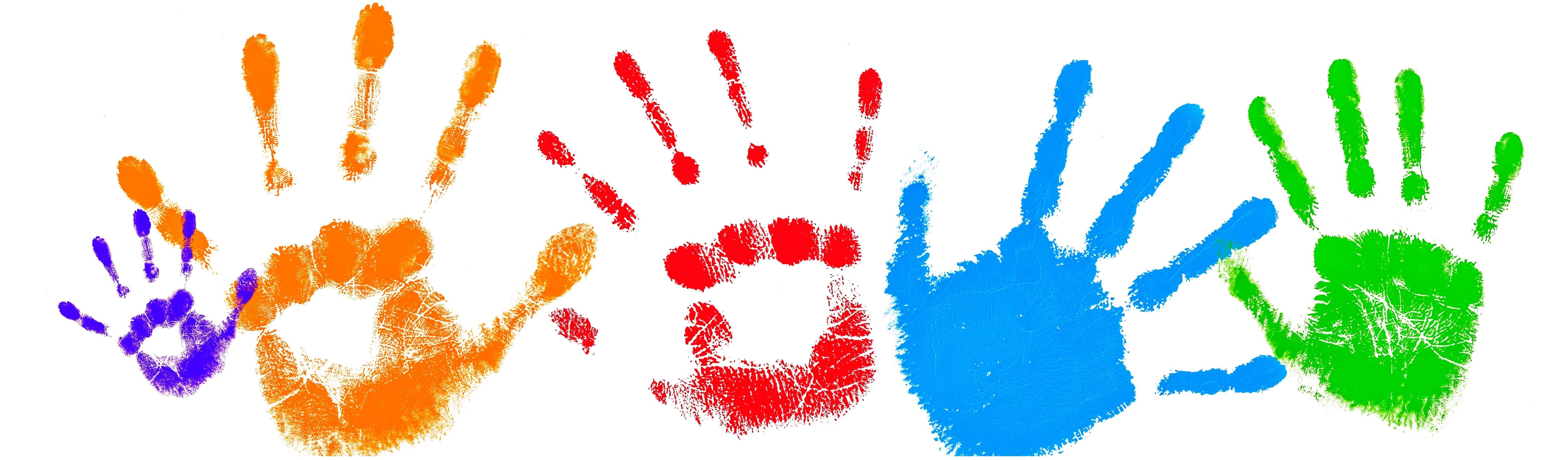 mani colorate sfondo bianco